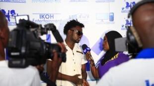 Msanii Nzeyimana Thomas akizungumza na waandishi wa habari nchini Burundi