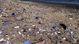 Eaux usees, rejets industriels et humains, sacs plastiques et immondices parsement la baie de Hann a Dakar.