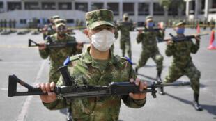 Soldados colombianos realizan un entrenamiento en Bogotá, el 16 de abril de 2020