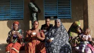 Des femmes burkinabè montrent leurs cartes d'électrices, à Ouagadougou, le 29 novembre 2015 (photo d'illustration).