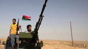 利比亞反抗軍在巴尼-瓦利德城外等候進軍
