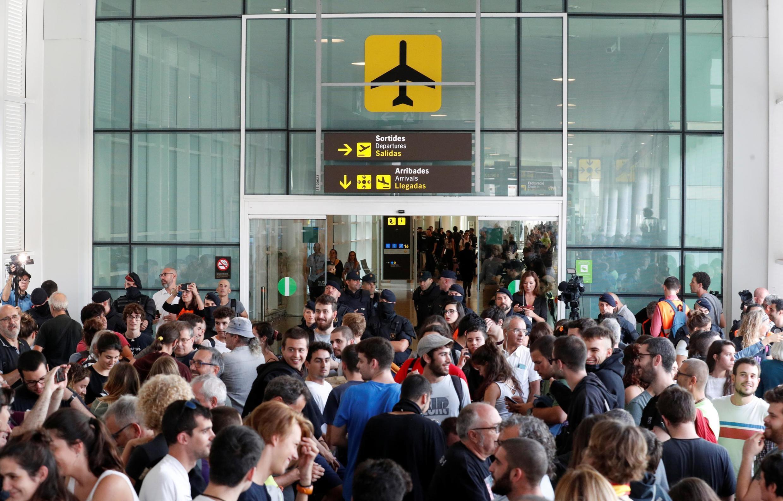 Manifestantes foram para o aeroporto de Barcelona tentar bloquear o tráfego aéreo.