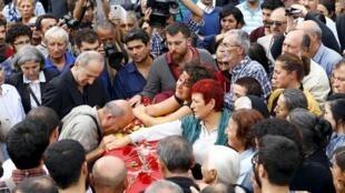 Vítimas do atentado de sábado em Ancara começaram a ser enterradas neste domingo (11).