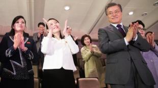 Irmã de ditador Kim Jong un, Kim Yo Jong, aplaude espetáculo ao lado de presidente da Coreia do Sul, Moon Jae-in, neste domingo (11).