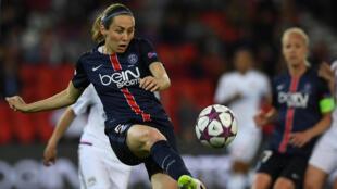 Sabrina Delannoy, joueuse qui porte le maillot du PSG depuis 2005.