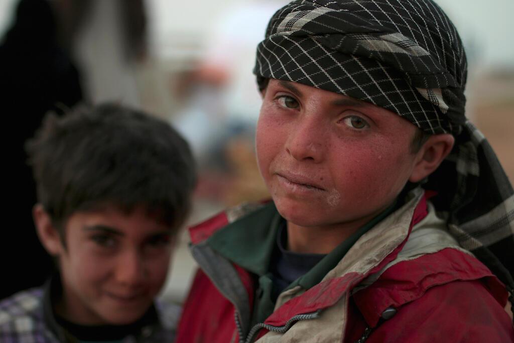 Mtoto raia wa Syria akiwa kwenye mji wa Manbij, Machi 7, 2017