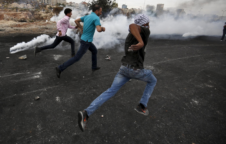 2015年10月23日,加沙地带巴勒斯坦抗议人士躲避以色列军队的催泪惮。