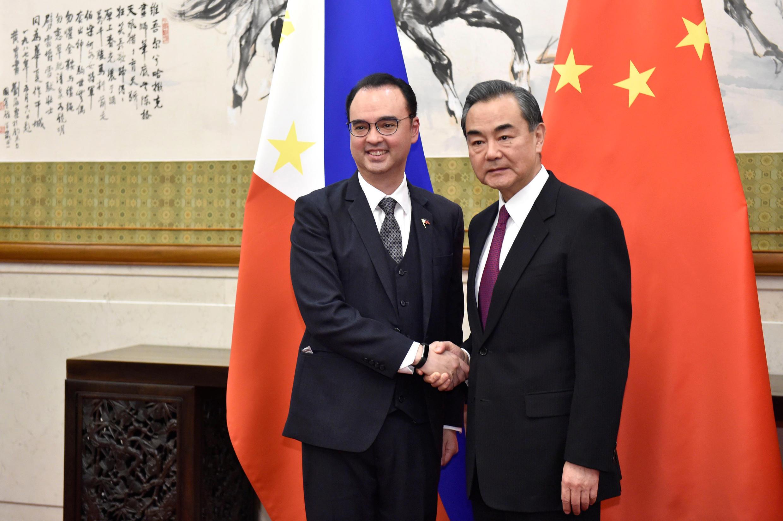 Ngoại trưởng Philippine Alan Peter Cayetano ( phải ) và đồng nhiệm Trung Quốc Vương Nghị tại Bắc Kinh ngày 21/03/2018.