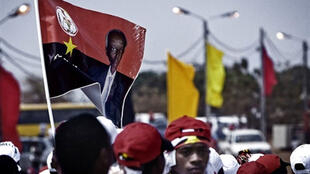 A fotografia do Presidente José Eduardo dos Santos nas bandeiras dos membros do MPLA.