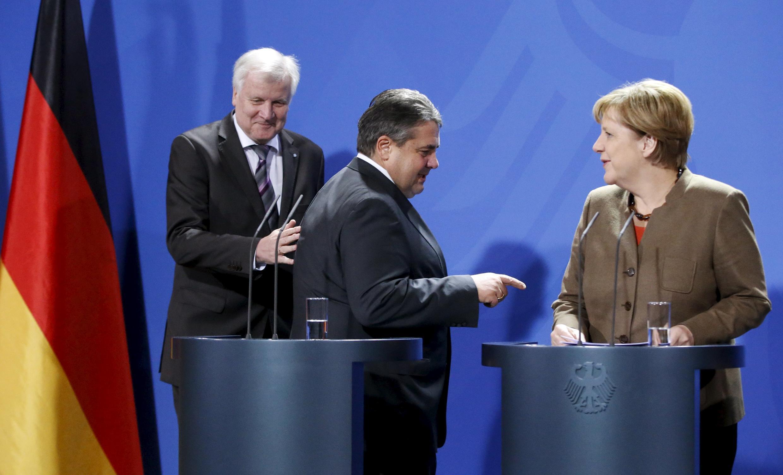 De gauche à droite: le ministre-président de Bavière Horst Lorenz Seehofer, le vice-chancelier et ministre de l'Economie Sigmar Gabriel et la chancelière Angela Merkel, le 5 novembre 2015 à Berlin.