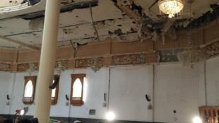 Des agents de la police koweïtienne inspectent la mosquée de l'imam Sadik, dans le quartier d'al-Sawaber, à Koweït city, le 26 juin 2015, après un attentat suicide qui a fait 25 morts.