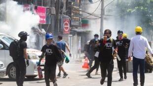 Manifestantes dispersados com gás lacrimogénio em Yangon