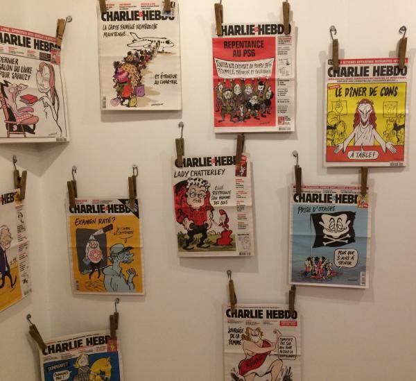 """Quelques couvertures de """"Charlie Hebdo"""" par Catherine Meurisse. Exposition """"Chemin de traverse"""", musée du papier"""