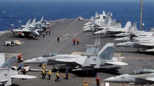 Tàu sân bay USS Carl Vinson trong cuộc tuần tra tại Biển Đông, ngày 03/03/2017. Trong ảnh, chiến đấu cơ F-18 đang chuẩn bị cất cánh.