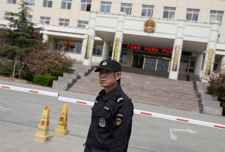 On officier de sécurité devant les bâtiments du gouvernement chinois à Xiongan, à une centaine de kilomètres au sud de Pékin, en avril 2017.