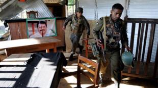 Les soldats de l'armée sri-lankaise dans un bureau abandonné par les Tigres tamouls, à Mullaittivu.