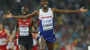 Britain's Mo Farah finishes ahead of Kenya's Caleb Ndiku in the 10,000 mètres.