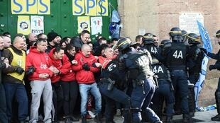 Riot police clash with striking prison guards blocking the access to the Baumettes prison on January 22, 2018 in Marseille, as they demonstrate as part of a nationwide movement to call for better safety and wages. boris HORVAT / AFP