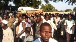 Mazishi ya mmoja wa wakulima waliouawa na kundi la wanamgambo wa Kiislamu la Boko Haram huko Kalle, kilomita 17 kutoka Maiduguri Oktoba 20, 2018.
