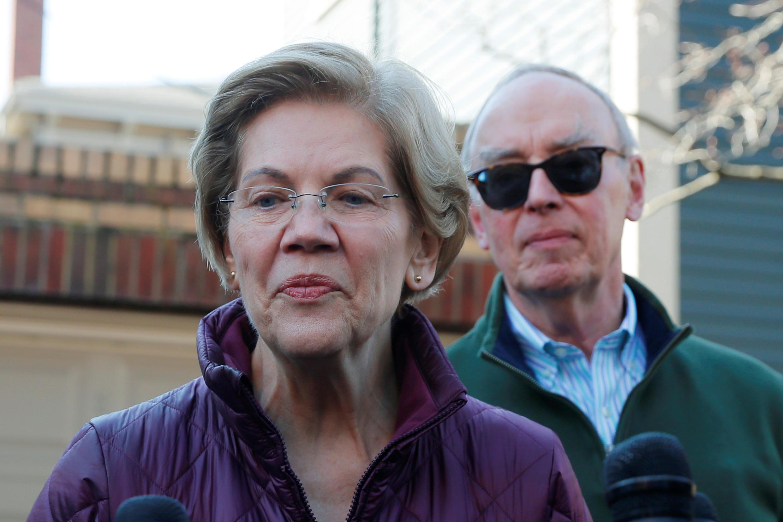Bà Elizabeth Warren nói chuyện với phóng viên trước cửa nhà ở Cambridge, Massachusetts, Mỹ, ngày 05/03/2020.