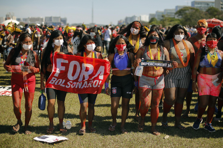 Un grupo de indígenas protesta contra el gobierno del presidente de Brasil, Jair Bolsonaro, el 19 de junio de 2021 en Brasilia