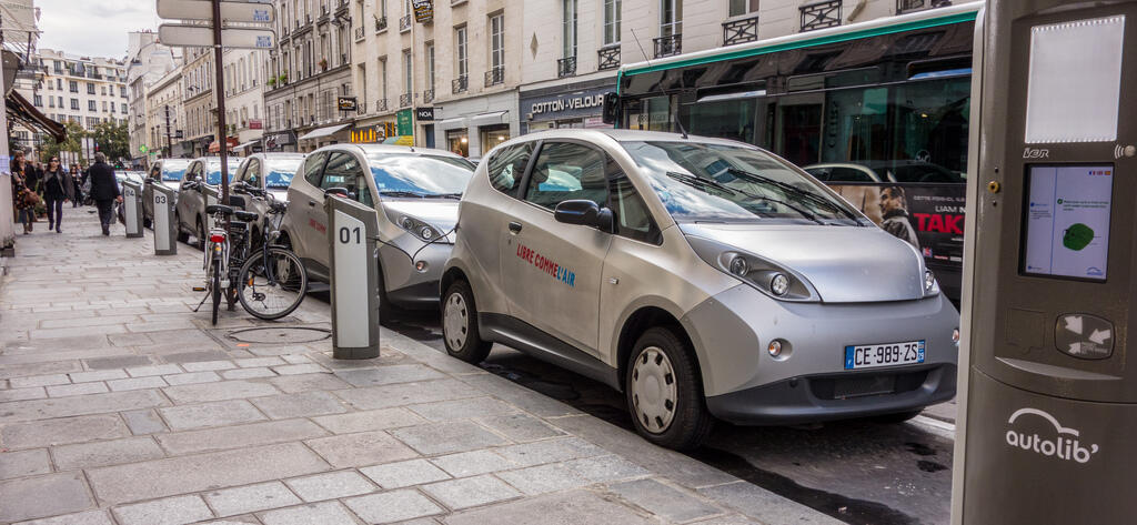 The Autolib electric car system in the Île-de-France region has about 2 5000 cars.