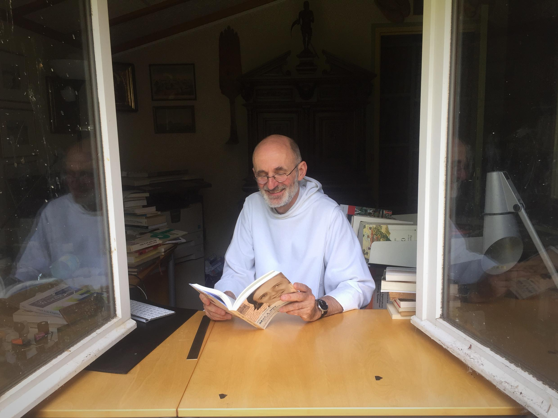 Отец Бертран Жеффрен в своем кабинете с книгой Лилианны Лунгиной