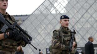 Binh sĩ Pháp tuần tra trước Bảo tàng Louvre, sau loạt tấn công khủng bố ở Paris ngày 13/11/2015.