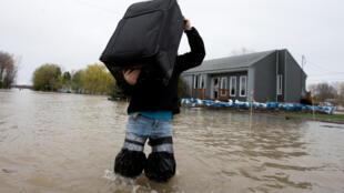 Morador de Rigaud, uma das cidades mais afetadas pelas inundações no leste do Canadá.