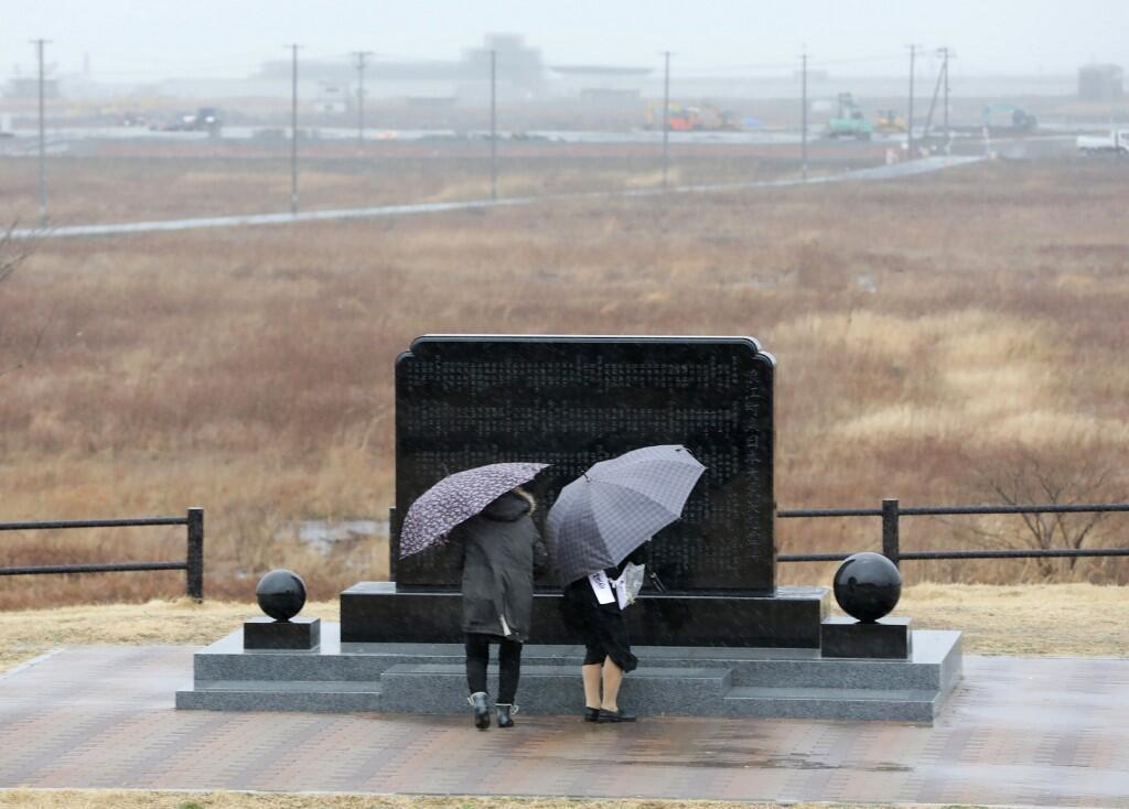 As pessoas se reúnem perto do Memorial Namie dedicado às vítimas do desastre de Fukushima em 11 de março de 2019.