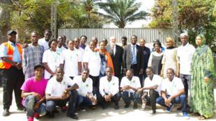 Les membres de la caravane scientifique 2015 à Dakar juste avant le départ. Pendant un mois, le bus de l'espace va parcourir 14 villes du Sénégal pour faire découvrir la science et l'astronomie aux populations.