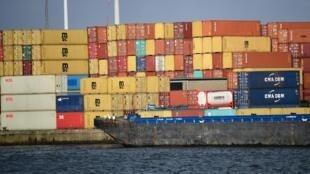 Contêineres armazenados nas docas do Porto de Antuérpia em 17 de janeiro de 2018.