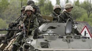 Soldados ucranianos em operação em  Slaviansk.
