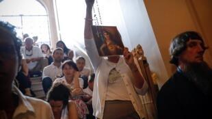 ВОЗ объявила распространение ложных сведений о вакцинах одной из основных угроз здоровью в 2019 г. На фото: толпа людей, выступающих за «религиозное освобождение»  детей от вакцинации, в здании Верховного суда штата Нью-Йорк, 14 августа 2019