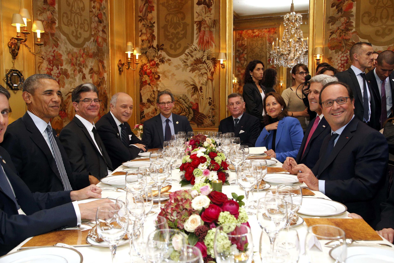 Президенты Франции и США с министрами в парижском ресторане Ambroisie 30 ноября 2015