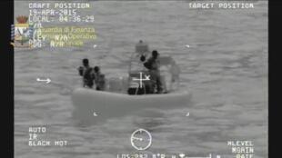 Imagens da guarda costeira italiana depois do naufrágio.