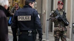 Un policier et un soldat de l'armée française, lors d'une opération de surveillance à Nice le 4 février 2015, au lendemain de l'attaque à l'arme blanche de trois soldats.