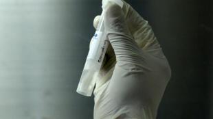 """Los servicios de inteligencia de Estados Unidos todavía buscan """"determinar si la epidemia comenzó por un contacto con animales infectados o si fue el resultado de un accidente de laboratorio en Wuhan"""", ciudad china donde surgió la pandemia de COVID-19"""
