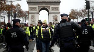 """Người biểu tình """"Áo vàng"""" kéo về đại lộ Champs-Elysées (Paris) phản đối tăng thuế xăng dầu, ngày 24/11/2018."""