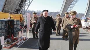 Lãnh tụ BTT Kim Jong Un giám sát một khu quân sự. Ảnh do bộ Quốc phòng BTT cung cấp.