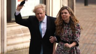 El primer ministro británico, Boris Johnson, y su pareja, Carrie Symonds, en Londres el 6 de mayo de 2021