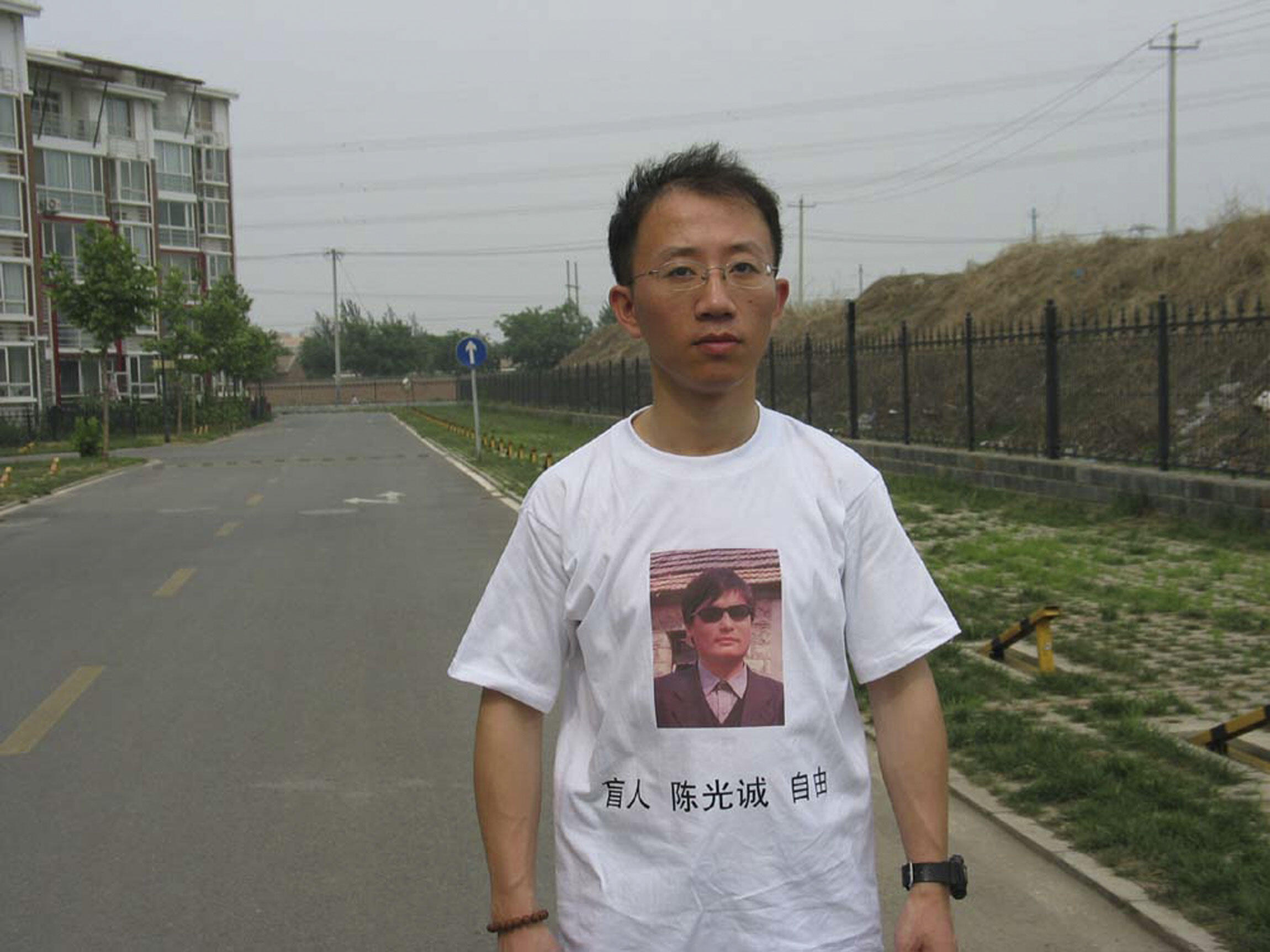 Nhà ly khai Hồ Giai, vừa được ra tù ngày 26/6/11, mặc áo thun in hình luật sư mù Trần Quang Thành.