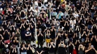 """香港國際機場,反送中示威者從周五起舉行連續三日的""""萬人接機""""活動。"""