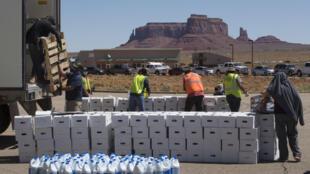 Varios cientos de automóviles forman una fila para recibir ayuda en Monument Valley, muchos llegados varias horas antes para asegurarse de no quedar sin nada.