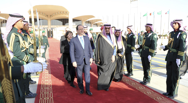 Hollande é recebido pelo príncipe Salman ben Abdel Aziz em Rawdat Khurayim