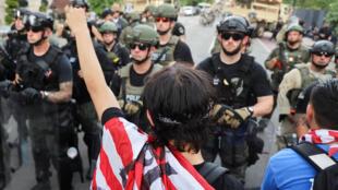 Lực lượng an ninh được triển khai ngăn chận một cuộc biểu tình gần khu vực Nhà Trắng ngày 03/06/2020.