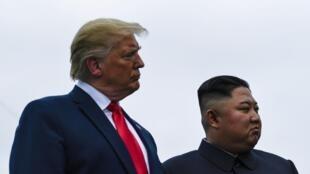 Donald Trump na Kim Jong-un kwenye mpaka wa Korea mbili (DMZ), Panmunjom, Juni 30. 2019.