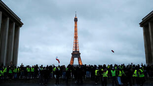 """Os """"coletes amarelos"""" manifestaram em várias partes da França, inclusive diante de pontos turísticos da capital Paris."""
