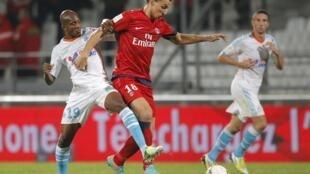 Le Parisien Zlatan Ibrahimovic à la lutte avec le Marseillais Charles Kaboré lors du dernier OM-PSG, le 7 octobre 2012 (2-2).