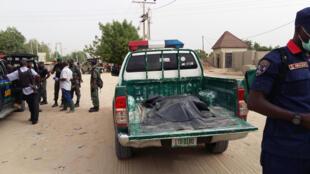 Vikosi vya usalama vikipiga kambi karibu na eneo la shambulizi linalodaiwa kutekelezwa na Boko Harampembezoni mwa mji wa Maiduguri, Nigeria Aprili 2, 2018.